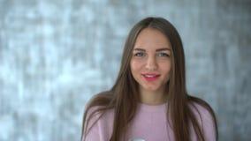 Kobiety łasowania jogurt 4 k ładna młoda kobieta je jogurt młoda kobieta je białego jogurt na diecie Śliczny, atrakcyjny zdjęcie wideo