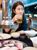Kobiety łasowania koreańczyka stylu wieprzowiny BBQ obraz stock