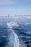 Kobiety łyżwiarstwo na zamarzniętym Jeziornym Baikal Obraz Royalty Free