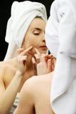 Kobiety ściśnięcie jej trądzik Fotografia Stock