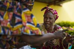 Kobiety śpiewa tradycyjne piosenki i tanczy przy społeczności spotkaniem w mieście Bissau, Bissau Zdjęcie Stock