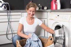 Kobiety ładownicza pralka Obrazy Stock
