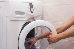 Kobiety ładownicza pralnia pralka Zdjęcie Royalty Free