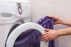 Kobiety ładownicza pralnia pralka Fotografia Royalty Free