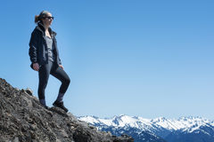 Kobiety aktywni sportowi stojaki na wierzchołku góra obrazy stock