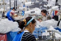 Kobiety angażują w krawiectwie rajstopy Zdjęcia Stock