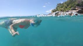 Kobiety apnea snorkeling rozszczepiony widok zdjęcie wideo