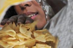 Kobiety łasowania frytki Zdjęcie Royalty Free