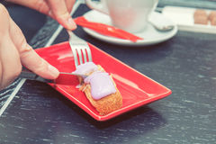 Kobiety łasowania torta eclair Zdjęcia Stock