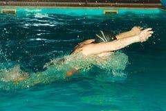 Kobiety atleta pływa motyliego uderzenia w basenie Zdjęcia Stock