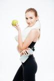 Kobiety atleta z ręcznikową mienie butelką woda i jabłko Obrazy Stock