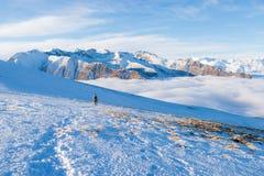 Kobiety backpacker trekking na śniegu na Alps Tylni widok, zima styl życia, zimny uczucie, słońce gwiazda w backlight fotografia royalty free