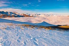 Kobiety backpacker trekking na śniegu na Alps Tylni widok, zima styl życia, zimny uczucie, słońce gwiazda w backlight zdjęcia stock