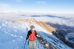 Kobiety backpacker trekking na śniegu na Alps Tylni widok, zima styl życia, zimny uczucie, słońce gwiazda w backlight, wycieczkuj Fotografia Stock