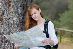Kobiety backpacker z mapą Zdjęcia Royalty Free