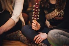 Kobiety bawić się ręki sanie Dzwon Fotografia Royalty Free