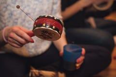Kobiety bawić się spinowego bęben żadny twarz Obrazy Royalty Free