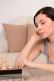 Kobiety bawić się szachy. Piękne w średnim wieku kobiety bawić się szachy a Obraz Royalty Free