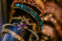 Kobiety biżuteria robić podstawowi metale, szkło i miękka część materiały, fotografia stock