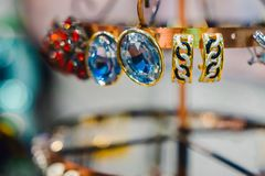 Kobiety biżuteria robić podstawowi metale, szkło i miękka część materiały, obrazy stock