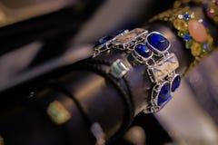 Kobiety biżuteria robić podstawowi metale, szkło i miękka część materiały, fotografia royalty free