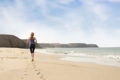 Kobiety Biegać Bosy na Plażowym Opuszcza odcisku stopy śladzie Zdjęcia Royalty Free