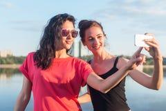 Kobiety bierze obrazek ona, selfie przy plażowych stylu życia wizerunku najlepszego przyjaciela pogodnych dziewczyn szczęśliwymi  Fotografia Stock