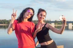 Kobiety bierze obrazek ona, selfie przy plażowych stylu życia wizerunku najlepszego przyjaciela pogodnych dziewczyn szczęśliwymi  Zdjęcie Royalty Free