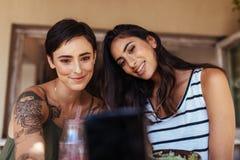Kobiety bierze selfie przy restauracją zdjęcia stock
