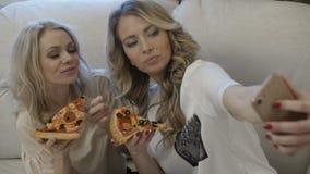 Kobiety bierze selfie z pizzą zbiory