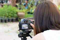Kobiety biorą fotografii kamerę obraz stock