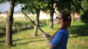 Kobiety blogger strzela wideo na akcji kamerze dla jego bloga na ogólnospołecznych sieciach zdjęcie wideo