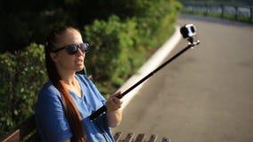 Kobiety blogger strzela wideo na akcji kamerze dla jego bloga na ogólnospołecznych sieciach zbiory wideo