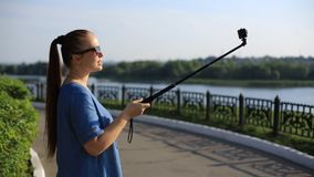 Kobiety blogger strzela wideo na akcji kamerze dla jego bloga na ogólnospołecznych sieciach zbiory