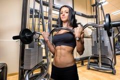 Kobiety bodybuilder z kędzioru baru barbell Fotografia Stock
