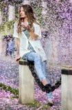 Kobiety brać prysznić z różowymi płatkami Obraz Royalty Free