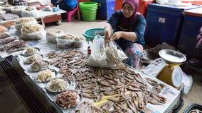 Kobiety bubel susząca ryba w lokalnym rynku zdjęcie royalty free