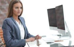 Kobiety business manager pracuje przy komputerem Zdjęcie Royalty Free
