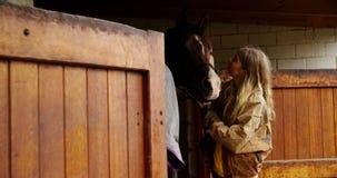 Kobiety całowania koń w stajence 4k zbiory wideo