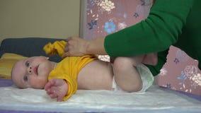 Kobiety chłopiec smokingowy syn z żółtym koloru ciała płótnem 4K zdjęcie wideo