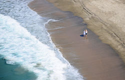 Kobiety chodzi na Dana pasemka plaży w Dana punkcie, Kalifornia Obraz Royalty Free