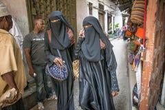 Kobiety chodzi przez Kamiennego miasteczka, Zanzibar Tanzania zdjęcia stock