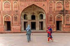 Kobiety chodzi wśrodku Agra fortu, Islamska architektura Fotografia Stock
