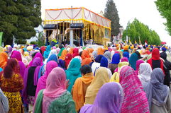 Kobiety chodzi za świątynią z kierowniczymi szalikami Zdjęcie Royalty Free
