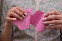 Kobiety ciągnięcia papieru toaletowego tkanka zdjęcia stock