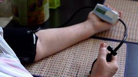 Kobiety ciśnienia krwi miara w domu zdjęcie wideo