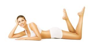 Kobiety ciała piękno, dziewczyna w Białej Bawełnianej bieliźnie, Wzorcowy lying on the beach Zdjęcie Stock