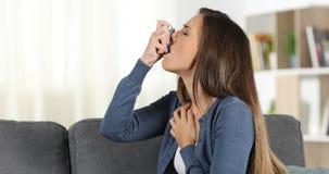 Kobiety cierpienia astmy atak używać inhalator zbiory