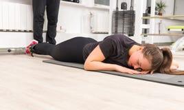 Kobiety cierpienia fizyczny skołowanie przy gym zdjęcia royalty free