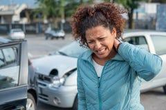 Kobiety cierpienia whiplash po złych samochodów wypiętrza w górę obraz royalty free